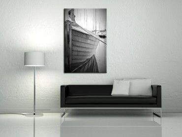 Tableau noir et blanc un bateau au port