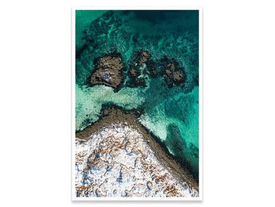 Cadre roche enneigée et mer turquoise