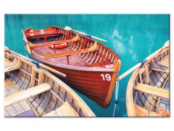 Tableau design barques en bois sur un lac